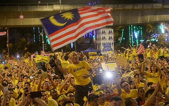 Bersih 4.0 ม็อบเสื้อเหลืองของมาเลเซียที่ออกมาแสดงการต่อต้านความไม่ชอบธรรม และขับไล่นายกฯ นาจิบ ราซัค ในปี 2558 (แฟ้มภาพเอพี)