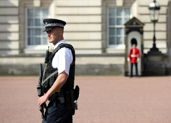 <i>ตำรวจติดอาวุธผู้หนึ่งเดินตรวจการณ์ภายในบริเวณพระราชวังบักกิงแฮม ในกรุงลอนดอน เมื่อวันเสาร์ (26 ส.ค.) </i>