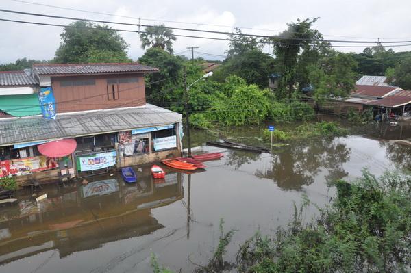 ชาวบ้านที่พักอาศัยริมแม่น้ำมูล ยังถูกน้ำท่วมหนักจากอิทธิพลพายุ ปาข่า
