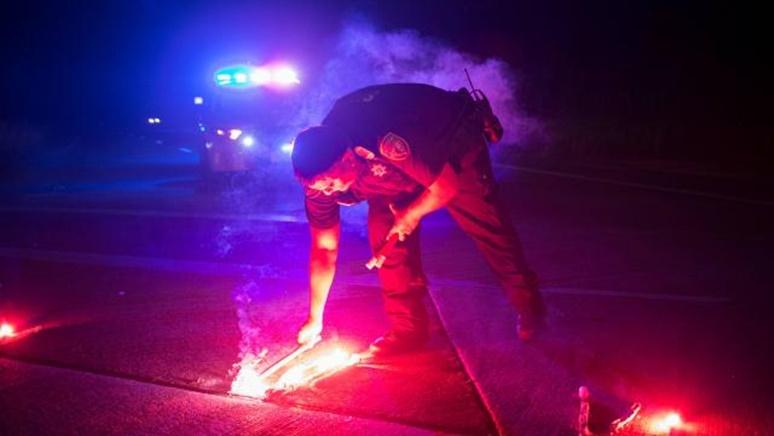 """InClip: ระทึก!!  """"ฮาร์วีย์"""" ทำรง.สารเคมีฮูสตันเกิดระเบิดถึง 2 ครั้ง ผู้ช่วยนายอำเภอถูกหามส่งรพ.ด่วน ยอดดับจากโซนร้อนล่าสุด 37"""