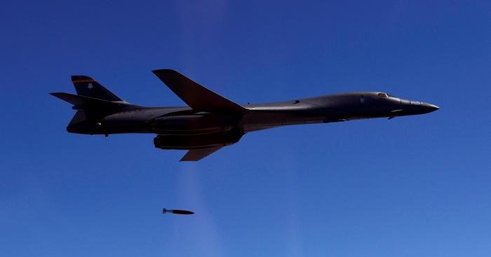 <i>เครื่องบินทิ้งระเบิด  B-1B ของสหรัฐฯ ทิ้งลูกระเบิด  MK-84 ขณะร่วมฝึกกับกองทัพอากาศเกาหลีใต้  เมื่อวันพฤหัสบดี (31 ส.ค.)   เครื่องบินรุ่นนี้สามารถใช้ทิ้งระเบิดนิวเคลียร์ได้ </i>