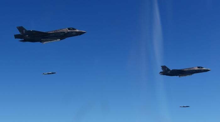 <i>เครื่องบินขับไล่  F-35B ของสหรัฐฯ ฝึกทิ้งลูกระเบิด  GBU-32 JDAM ขณะบินอยู่เหนือท้องฟ้าเกาหลีใต้ ในวันพฤหัสบดี (31 ส.ค.) </i>