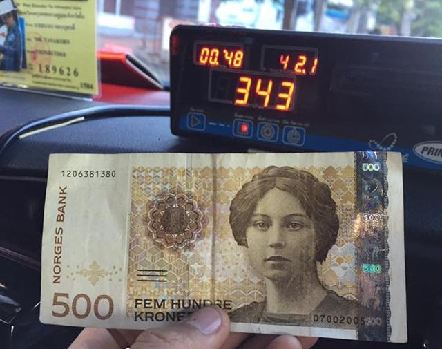 ผู้โดยสารใจปล้ำ ควักเงินสกุลต่างประเทศจ่ายค่าแท็กซี่ หลังเงินไทยไม่พอจ่าย