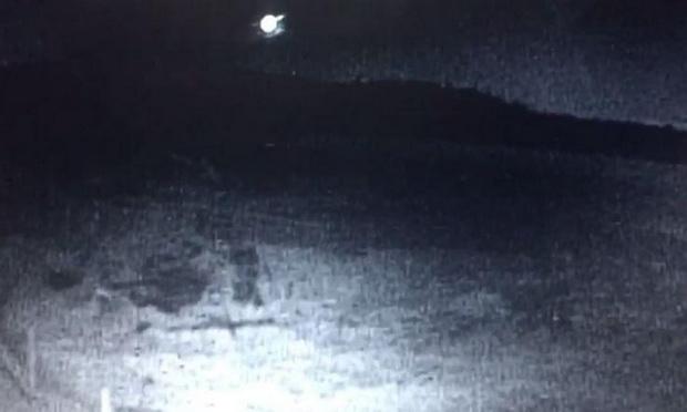 ราวกับ UFO ลงสู่พื้นโลก! ชาวบ้านแคนาดาแตกตื่นลูกบอลไฟปริศนาพุ่งผ่านท้องฟ้ายามค่ำคืน (ชมคลิป)