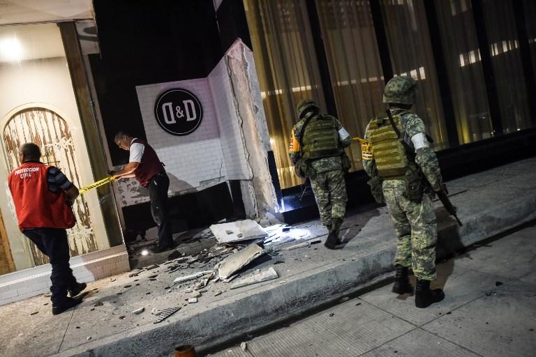 ทหารเม็กซิโกเข้าตรวจสอบอาคารหลังหนึ่งที่ได้รับเสียหายจากแรงแผ่นดินไหวขนาด 8.1 เมื่อค่ำวานนี้ (7 ก.ย.) ที่เมืองท่าเวราครูซ