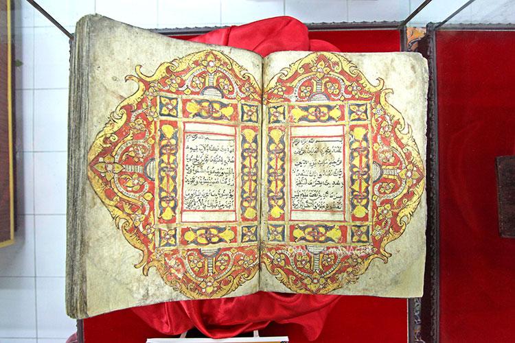 คัมภีร์อัลกุรอานแต่ละเล่มจะมีกรอบลวดลายที่สวยงามแตกต่างกัน