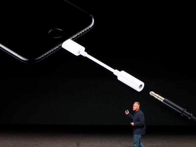 ใครที่ยังโหยหาช่องต่อหูฟัง ยังต้องใช้อแดปเตอร์ต่อไปบน iPhone X