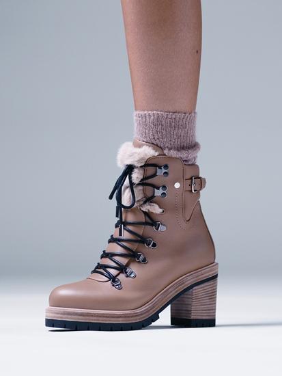 รองเท้าบูตหุ้มข้อในหนังลูกวัวสี Camel-beige ตกแต่งด้วยขนมิ้งค์สุดนุ่มนวลสีน้ำตาลอ่อน