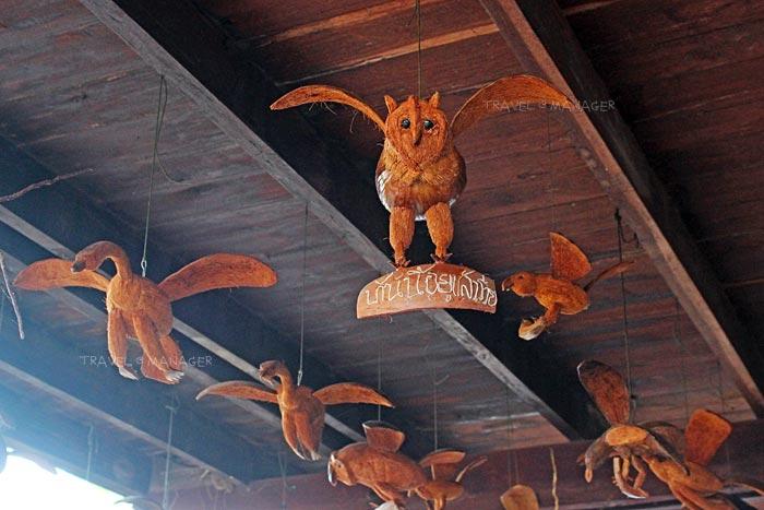นกฮูกทำจากลูกมะพร้าวที่ฐานบ้านนก