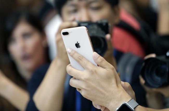 เทียบกับกล้องหลังคู่แนวนอนใน iPhone 8