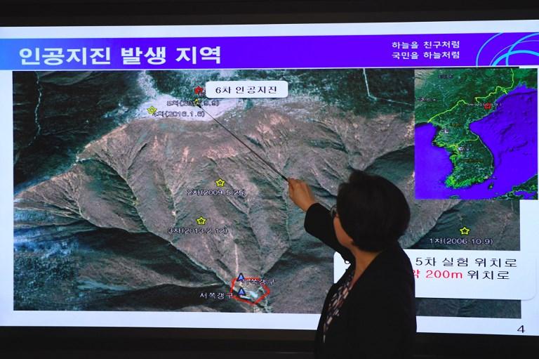ลี มี ซอน ผู้อำนวยการศูนย์แผ่นดินไหวและภูเขาไฟแห่งชาติเกาหลีใต้ ชี้ไปยังจุดที่เกิดแผ่นดินไหวเทียมจากการทดสอบนิวเคลียร์ในเกาหลีเหนือ เมื่อวันที่ 3 ก.ย.