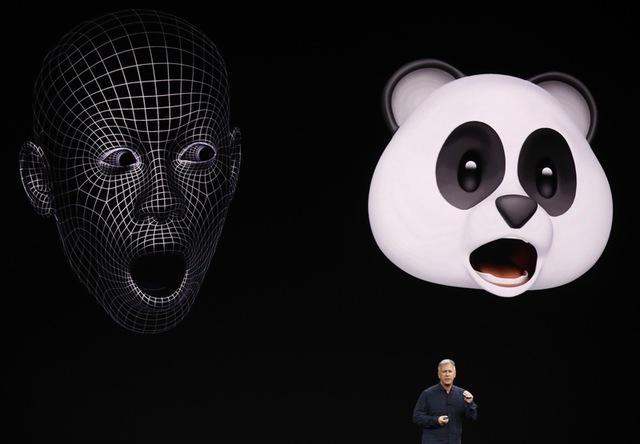 บนเวที แอปเปิลสาธิตการใช้งานเทคโนโลยีสุดยอดกล้องใน iPhone X ด้วยระบบแอนิโมจิ (Animoji) ซึ่งทำให้ผู้ใช้ควบคุมให้การ์ตูนอิโมจิเคลื่อนไหวได้ด้วยกล้ามเนื้อบนใบหน้า