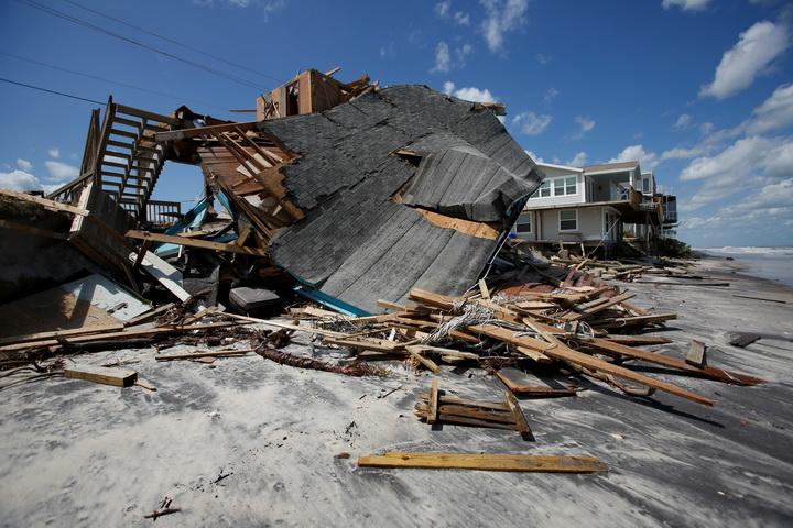 บ้านริมชายหาดหลังหนึ่งพังถล่มลงมา หลังจากเฮอร์ริเคนเออร์มา เคลื่อนผ่านชายหาดปอนเต เวดรา บีช รัฐฟลอริดา, สหรัฐฯ โดยภาพนี้ถ่ายเมื่อวันอังคาร(12ก.ย.)