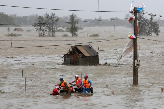 """วินาศสันตะโรไต้ฝุ่น """"ด็อกซูรี"""" เวียดนามอพยพคนหนีเกือบ 80,000 ยกเลิก 46 เที่ยวบิน"""