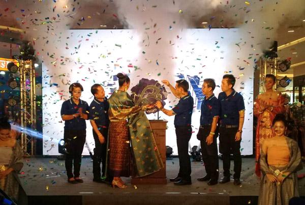 """นายอนุสรณ์  แก้วกังวาล  ผู้ว่าฯ บุรีรัมย์ เป็นประธานเปิดตัว """"Buriram Brand""""โครงการสร้างตราสินค้าและบรรจุภัณฑ์ ประจำปี 2560 ที่ห้างทวีกิจซุปเปอร์เซ็นเตอร์  อ.เมือง จ.บุรีรัมย์  วันนี้ ( 15 ก.ย.)"""