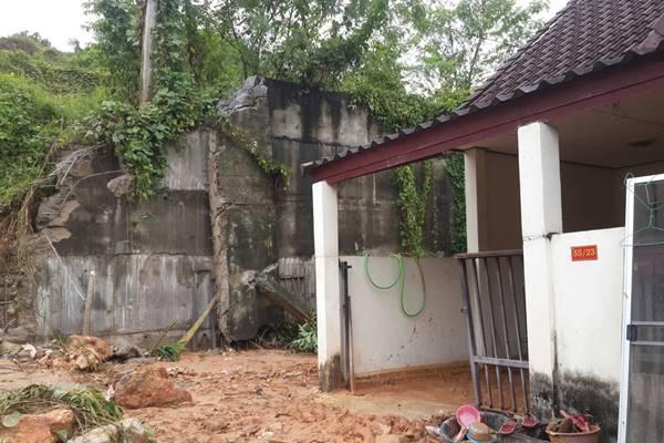 พายุฝนถล่มถล่มภูเก็ต ชาวบ้านเดือดร้อนจากดิน-กำแพงทรุด  ผวจ.สั่งเฝ้าระวัง