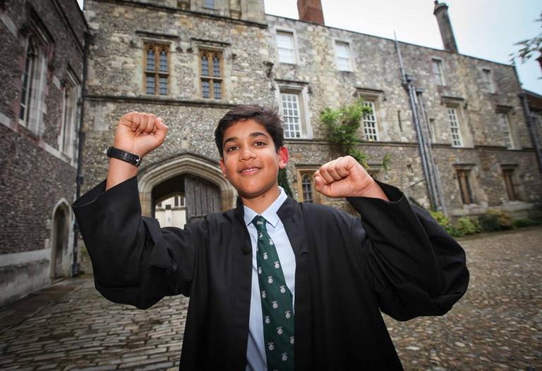 เร็ตวิก ปาเตล วัย 14 ปี จากมณฑลแฮมเชอร์ของอังกฤษ ผู้มีผลทดสอบไอคิวสูงกว่านักวิทยาศาสตร์ชื่อดังอย่าง อัลเบิร์ต ไอน์สไตน์ และ สตีเฟน ฮอว์คิง