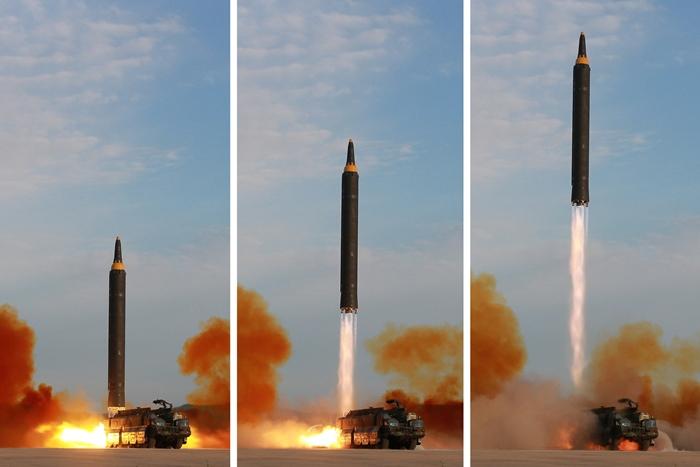 """<i>เกาหลีเหนือยิงขีปนาวุธ """"ฮวาซอง-12"""" ในวันศุกร์ (15 ก.ย.)  (ภาพที่เผยแพร่โดยสำนักข่าวทางการเกาหลีเหนือในวันเสาร์ 16 ก.ย.) </i>"""