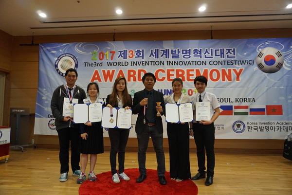 เข้ารับรางวัล Gold Medal พร้อมถ้วยรางวัล และรางวัลพิเศษจาก KINEWS ในงานประกวดนวัตกรรมและสิ่งประดิษฐ์ The 3 rd World Invention Innovation Contest (WiC 2017) ณ กรุงโซล สาธารณรัฐเกาหลีใต้