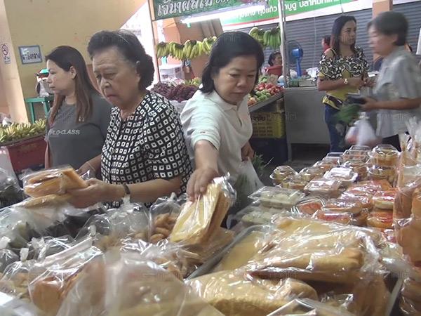 ชาวสงขลาออกมาจับจ่ายซื้อขนมเดือนสิบกันคึกคัก เตรียมส่งตายายในวันพรุ่งนี้