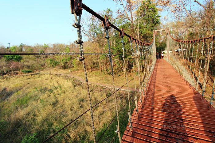 สะพานแขวนทอดข้ามปากปล่องภูเขาไฟที่ดับแล้วบนเขากระโดง