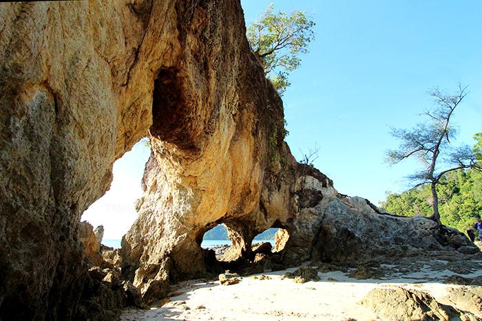 หินทะลุ ในมุมมองที่เห็นสามช่อง