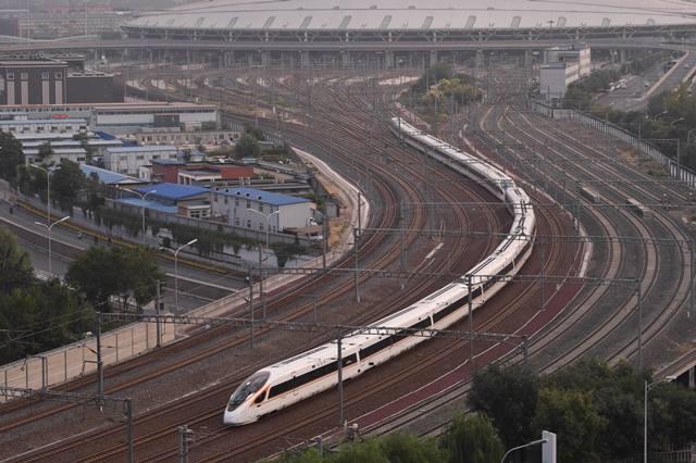 """รถไฟหัวกระสุน """"ฟู่ซิง"""" ออกจากสถานีรถไฟปักกิ่งทิศใต้ เมื่อวันที่ 21 ก.ย. (ภาพ ซินหวา)"""