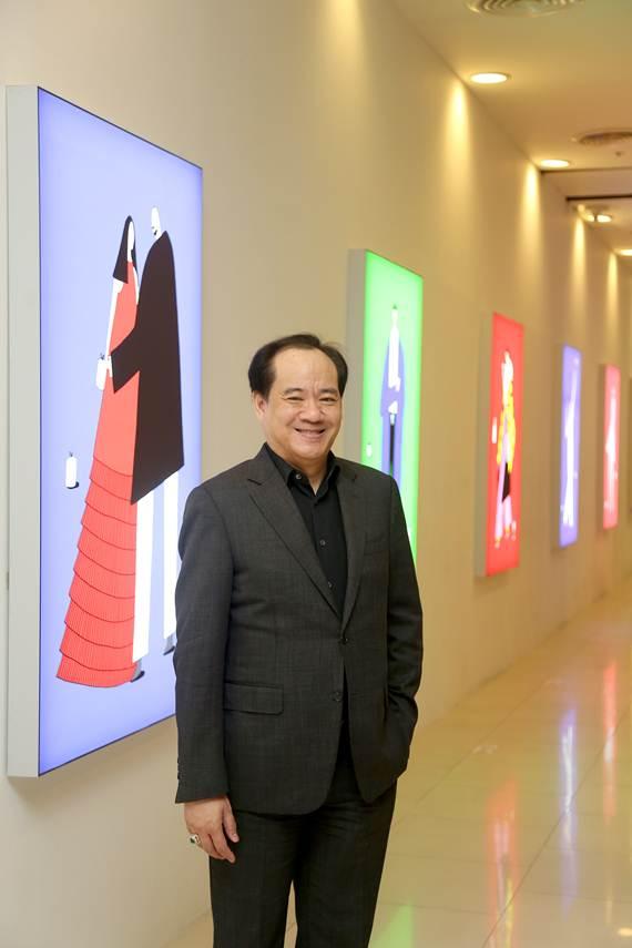 """ตามไปดูแกลอรี่เรืองแสงของ """"ปอม ชาน & ซันเต๋อ"""" 2 ศิลปินไทยชื่อดังก้องโลก"""