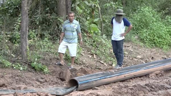 นายไพบูลย์ บุญลา ประธานสภาองค์กรชุมชนตำบลบ้านดง ตรวจสอบการสูบน้ำออกจากพื้นที่น้ำท่วมป่าห้วยเม็ก
