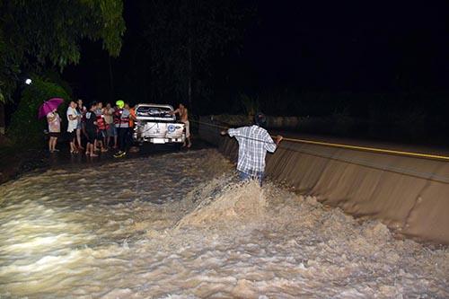 นาทีชีวิต! น้ำล้นฝายซัดฟอร์จูนเนอร์ตีลังกาจมห้วย พลเมืองดีช่วยคนขับรอด ปล่อยรถจมหายไปกับสายน้ำ