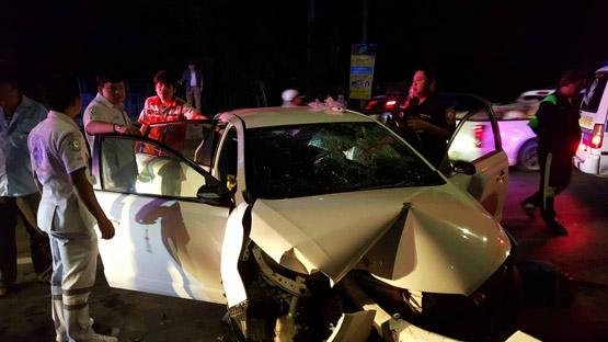 เก๋งยาริสเสียหลักชนแท่งแบริเออร์ย่านสะพานปทุมธานี 2 หน้ารถพังยับ บาดเจ็บ 3 ราย