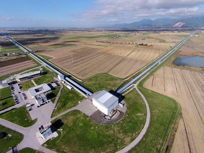 เครื่องตรวจจับคลื่นความโน้มถ่วงของ VIRGO ที่ประเทศอิตาลี มีขนาดแขนแต่ละด้านยาวออกไป 3 กิโลเมตร (Image credit : Nicola Baldocchi / Virgo Collaboration)