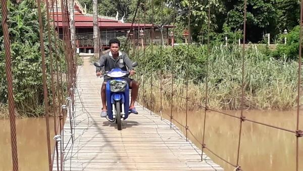 """หวาดเสียว  ! """"ตอม่อสะพานแขวนข้ามน้ำยม"""" ทรุดตัวชาวบ้านศรีสำโรงวอนช่วยซ่อมด่วน"""