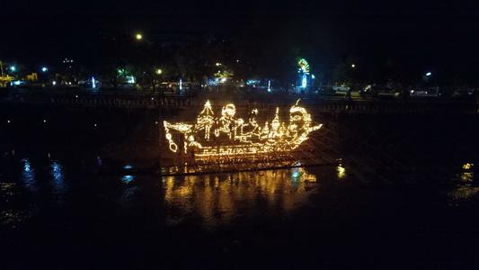 อย่าพลาด!ชมความตระการตาไหลเรือไฟออกพรรษานครพนม ตกแต่งตะเกียงไฟนับแสนดวง