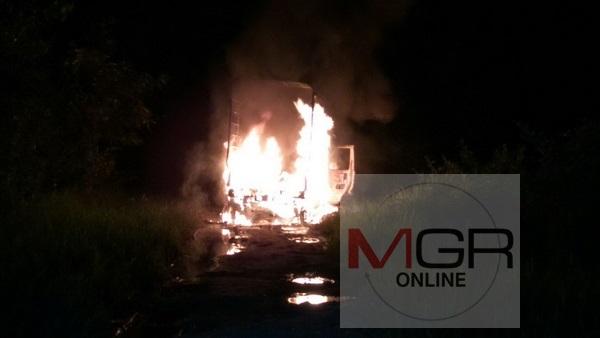 สติสุดยอด !  ชายวัย 70 ขับรถทั้งที่ไฟไหม้ออกจากชุมชนก่อนโดดหนีหวิดถูกย่างสด