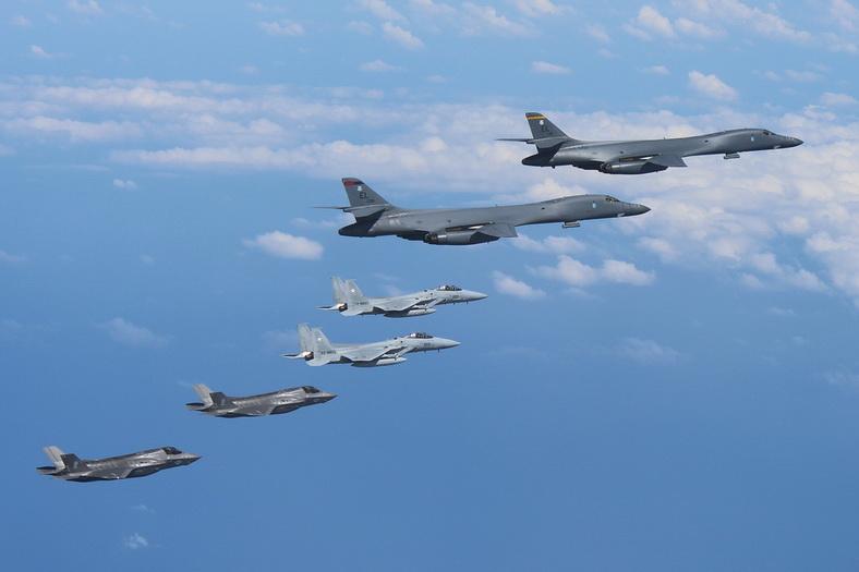 เครื่องบินทิ้งระเบิดทางยุทธศาสตร์ B-1B แลนเซอร์ 2 ลำ ออกเดินทางจากฐานทัพอากาศแอนเดอร์สันบนเกาะกวมไปปฏิบัติภารกิจ โดยมีฝูงบินขับไล่ F-15 ของกองกำลังป้องกันตนเองญี่ปุ่น และเครื่องบินขับไล่ F-35B ของนาวิกโยธินสหรัฐฯ ประกบนำทาง เมื่อวันที่ 31 ส.ค.