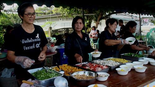ชาวบ้าน ต.บางกะจะ จัดเลี้ยงอาหารให้ประชาชนและเด็กกินฟรี เพื่อถวายเป็นพระราชกุศล(ชมคลิป)