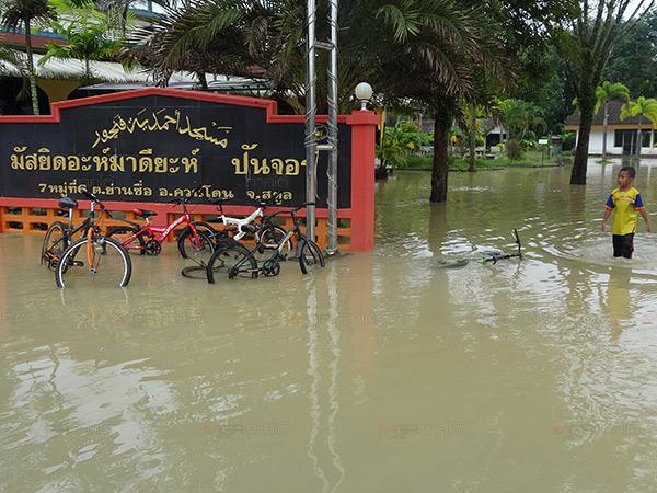 ชาวบ้านผวา! น้ำท่วม 4 ครั้งในรอบ 2 เดือน ปภ.สตูลเตือนผู้ปกครองเฝ้าระวังเด็กใกล้ชิด