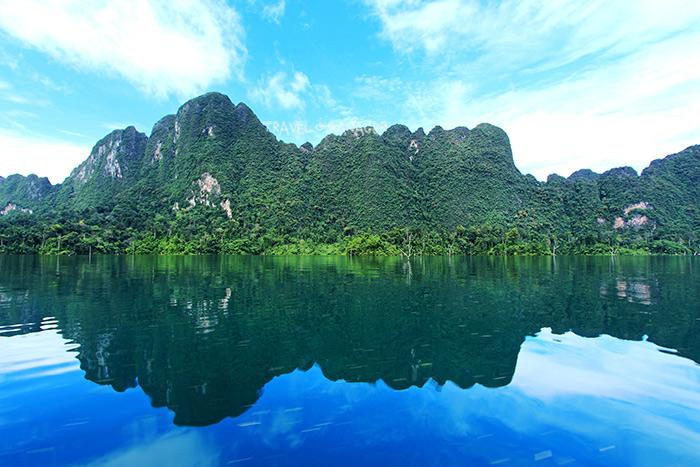 บรรยากาศเขาสวย น้ำใส ไฮไลท์สำคัญแห่งทะเลสาบเชี่ยวหลาน