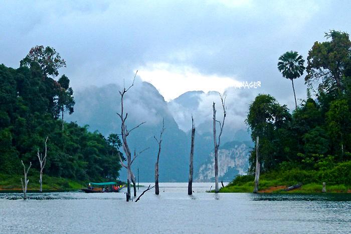 ทะเลสาบเชี่ยวหลานยามเช้าที่มีสายหมอกลอยอ้อยอิ่ง
