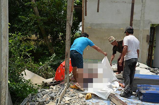 ดวงถึงฆาตหนุ่มโรงานย่านปทุมฯช่วยน้าชายทุบบ้าน คราวซวยกำแพงล้มทับดับ