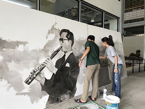 นักศึกษาจิตรกรรม รวมพลังวาดภาพในหลวง ร.9 ชุดใหม่ นำตั้งแสดงตรงข้ามพระบรมมหาราชวัง