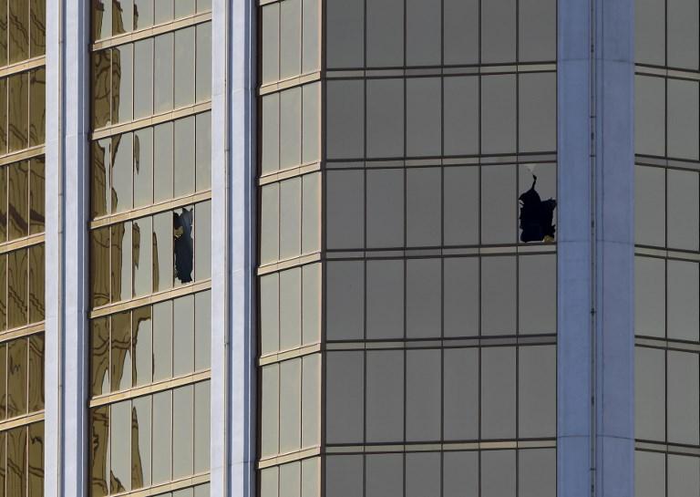 กระจกหน้าต่างห้องพักชั้น 32 ของโรงแรมมัณฑะเลย์เบย์ซึ่งถูกทุบจนแตก และเป็นจุดที่ แพดด็อก เล็งปืนลงมาก่อเหตุสังหารหมู่