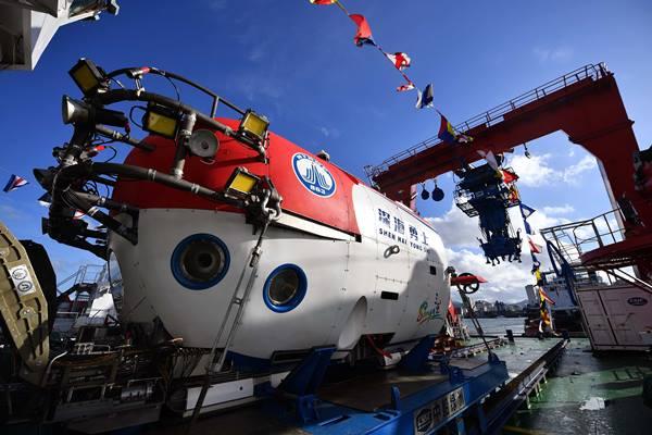 """ยานสำรวจใต้ทะเล """"เซิ้นไห่หย่งซื่อ"""" หรือ """"นักรบใต้ท้องทะเลลึก"""" โดยสารเรือสำรวจ """"ทั่นซั่ว-1"""" กลับสู่ท่าเรือในเมืองซันย่า มณฑลไห่หนันเมื่อวันอังคาร (3 ต.ค.) (ภาพ ซินหวา)"""