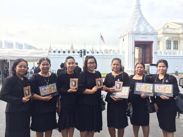 วันสุดท้าย พสกนิกรทั่วไทย หลั่งไหลกราบสักการะพระบรมศพในหลวง รัชกาลที่ ๙ อย่างเนืองแน่น