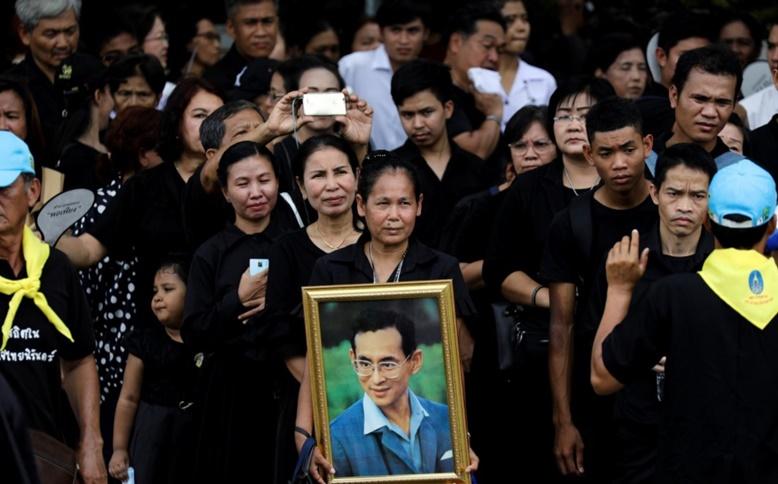 "InClip:ทั่วโลกชื่นชม ""พสกนิกรไทยต่อแถวยาวกว่า 2 กิโลฯ"" ถวายสักการะในหลวงรัชกาลที่ ๙ ครั้งสุดท้ายก่อนปิดเที่ยงคืนวันนี้"