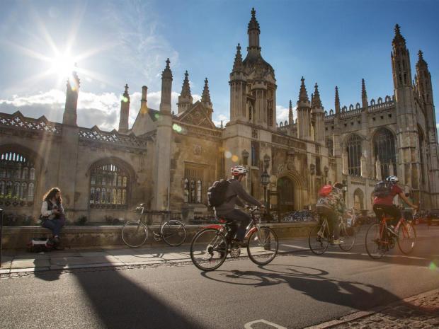 มหาวิทยาลัยเคมบริดจ์ สถาบันอุดมศึกษาขนาดกลางค่อนข้างใหญ่ในสหราชอาณาจักร มีความเก่าแก่เป็นอันดับที่สองของสหราชอาณาจักร (ภาพจาก student.com)