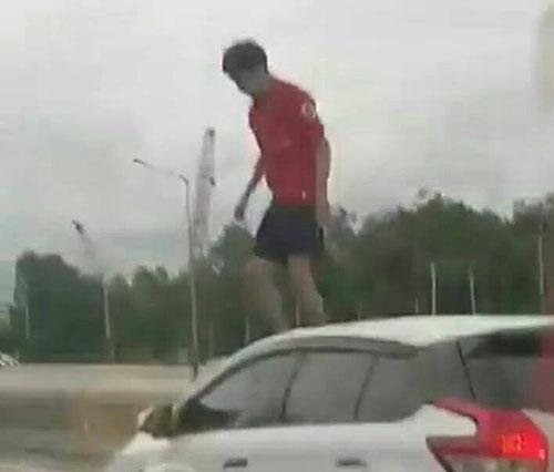ได้ตัวแล้ว ..หนุ่มแสบ หลังมีการเผยคลิปหวีดแตก ขึ้นขย่มรถเก่งกลางกลางถนน