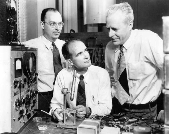 (ซ้ายไปขวา) John Bardeen, William Shockley และ Walter Brattain ณ Bell Labs