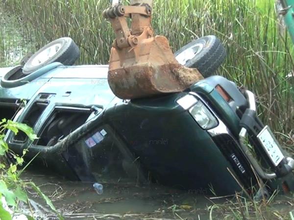 หวิดสลด! รถกระบะแม่กำนันดังเมืองตรัง เสียหลักตกหนองน้ำข้างทาง จนท.เร่งช่วยปลอดภัย